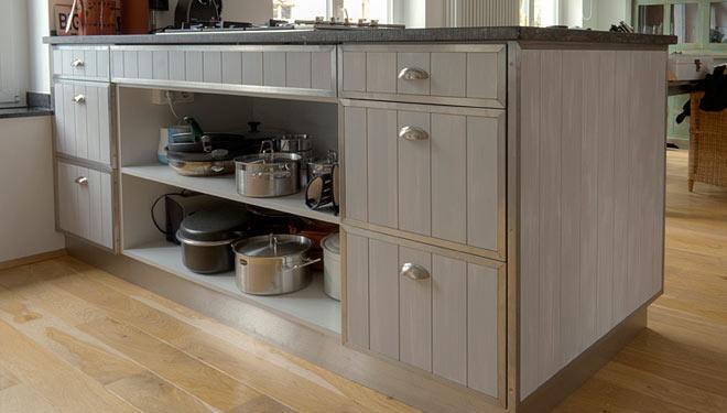 Küche die kanten sind aus edelstahl und die arbeitsplatten aus