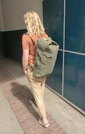 Dorina mit Rucksack