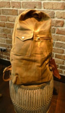 Rucksack beige auf Tonne