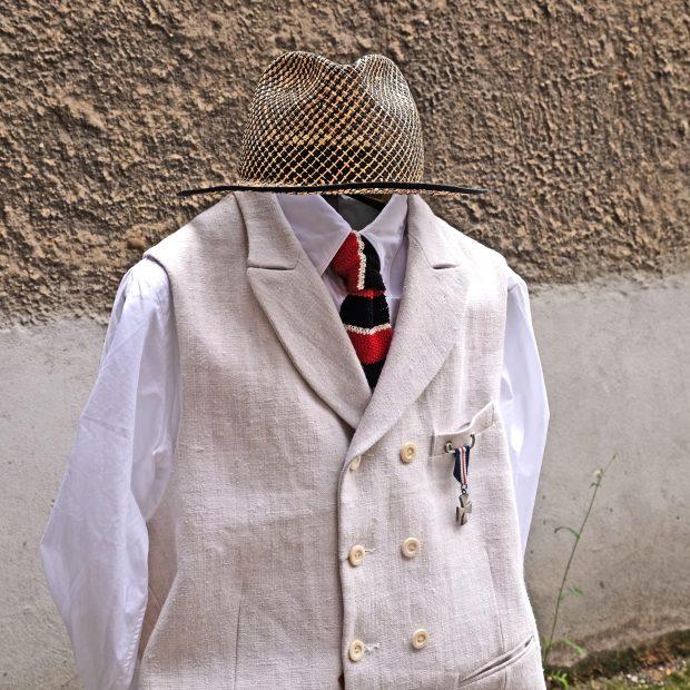 interbrigade-mann-krawatte-weste-leinen-giabs-2