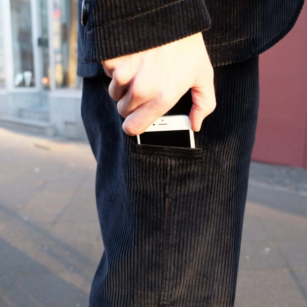 interbrigade-anzug-kord-schwarz-angezogen-pantalon-mobil