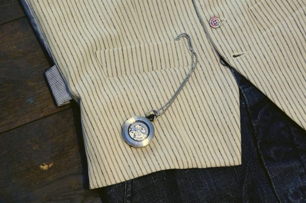 outfit-detail-fob-uhr-gallamini-kennethfield-man1924-buttsandshoulders-eyevan-hillside