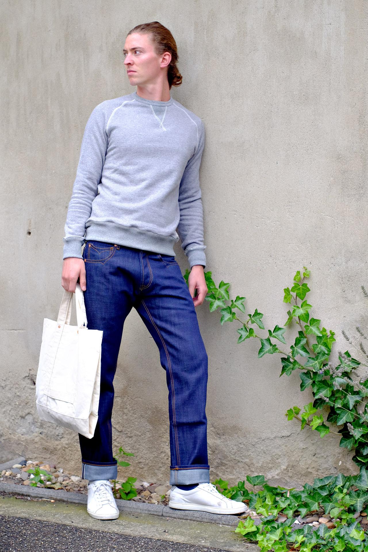 outfit-hensteeth-jeans-sweater-grau-sportlich-sneaker