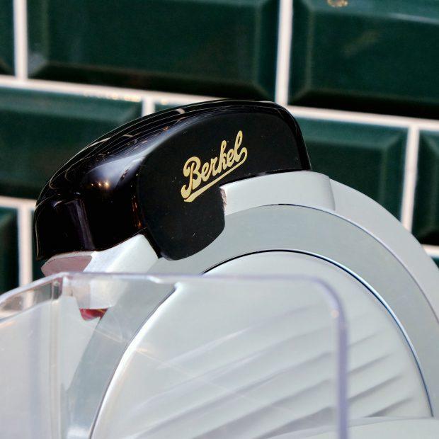 berkel-schneidemaschine-schinken-aufschnitt-niederlande-heritage-kuechengeraete-detail