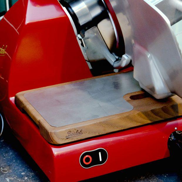 berkel-schneidemaschine-schinken-aufschnitt-niederlande-heritage-kuechengeraete-detail-schneidebrett