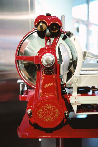 berkel-aufschnittmaschine-mechanisch-aufschnitt-italien-heritage-detail-ferrarirot