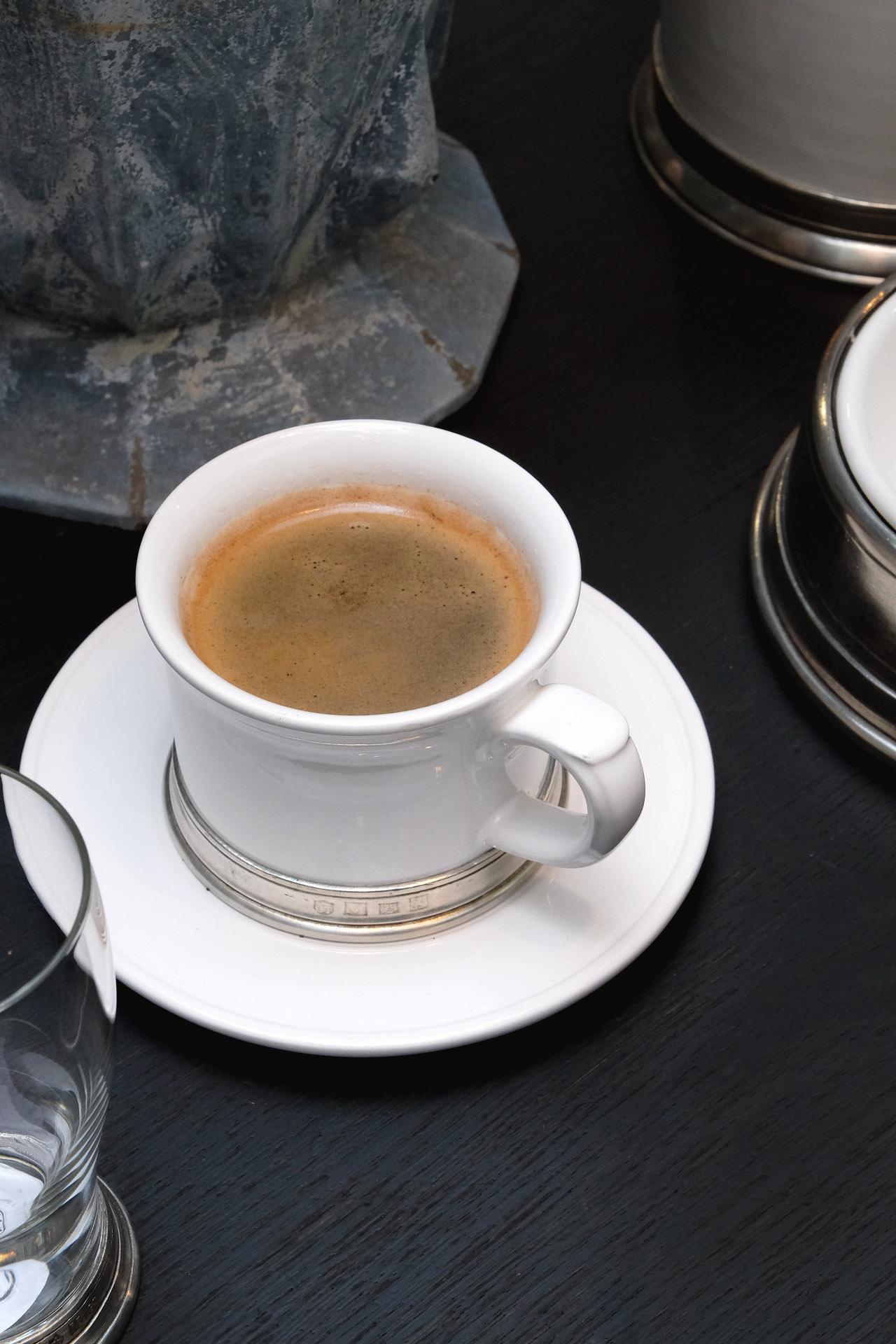 cositabellini-newstock-tassen-glaeser-geschirr-zinnrand-porzellan-coffee