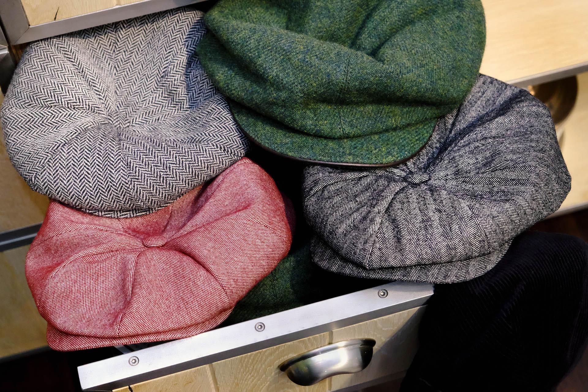 gingi-huete-muetzen-kappen-schiebermuetze-tweed-wolle-chambray-gruen-schwarz-kord-grau-rot