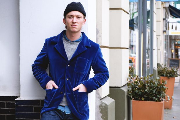 interbrigade-samtsakko-blau-jeans--denim-cold-beanie-outfit-heritage-portrait